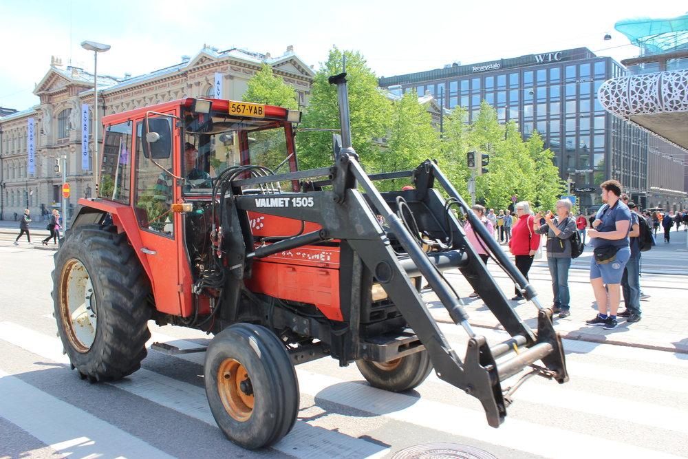 Traktori kulki halki Helsingin keskustan