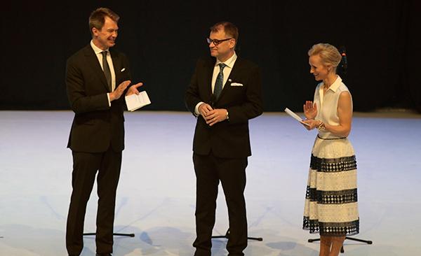 Juhlan juonsivat Peter Nyman ja Maija Lehmusvirta. Keskellä yllätysvieras Juha Sipilä.