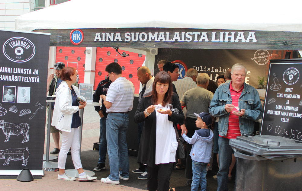 HK:n grillimestarit grillasivat kävijöille suomalaista lihaa