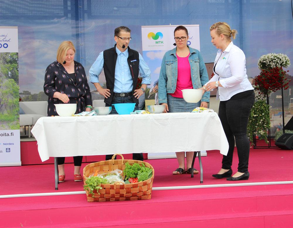 Kesää keitossa kokkasivat vasemmalta oikealle Marja Karvonen, Jan Koskinen ja Erika Koivumäki. Juontamassa Maaseutunuorten asiamies Heidi Siivonen.