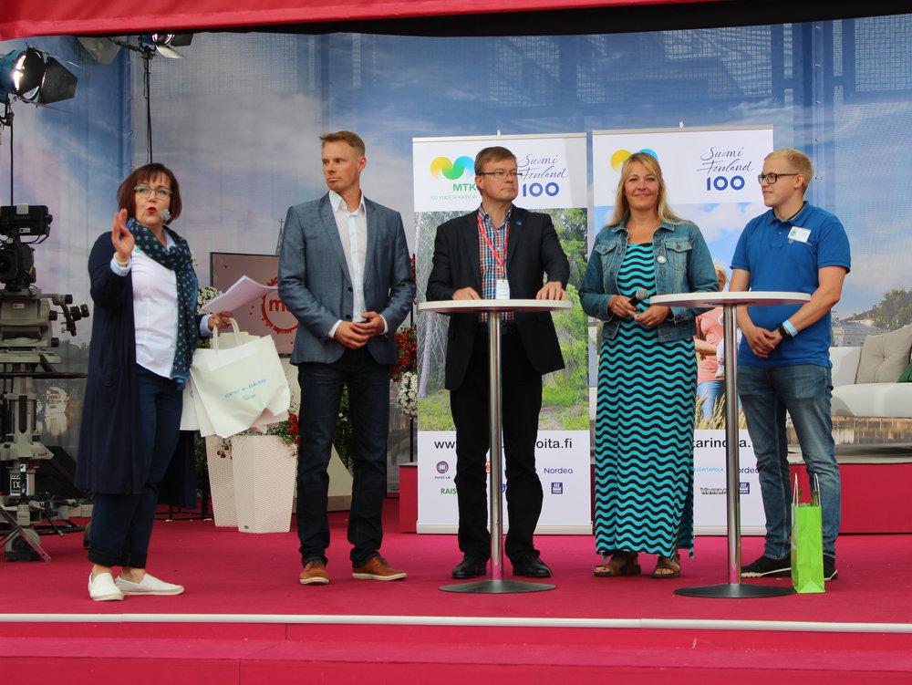 Anni-Mari Syväniemi (vasemmalla) juonsi keskustelua. Osallistumassa vasemmalta oikealle Markus Nissinen, Antti Rajakangas, Hanna Hilden ja Esa Halonen