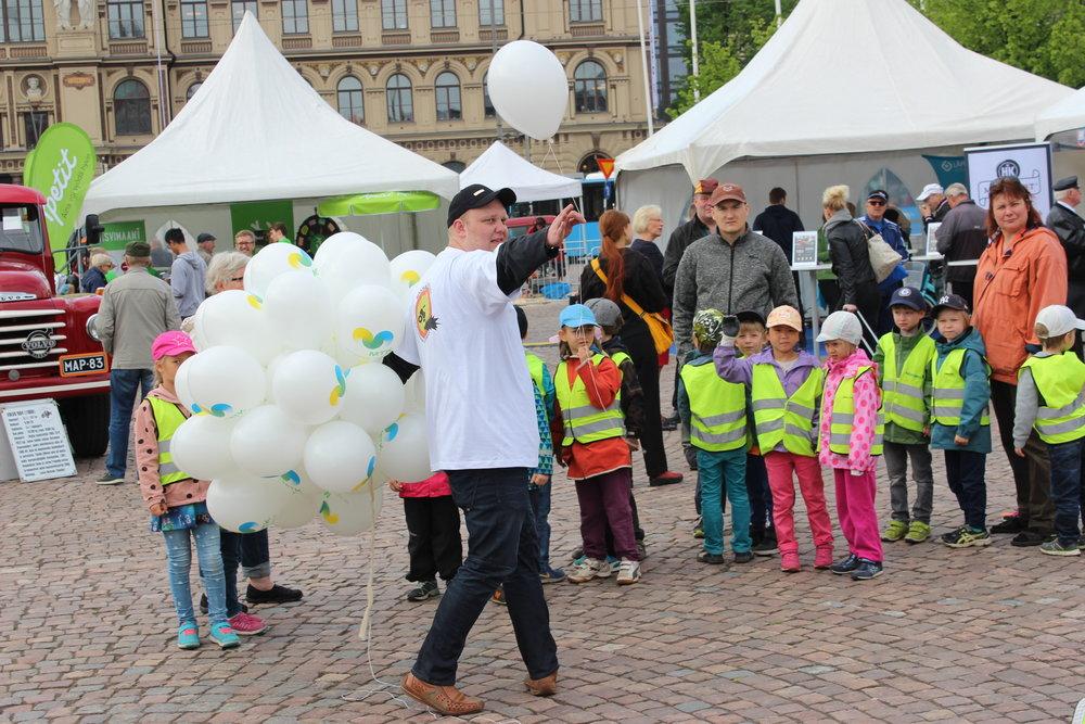 MaNut tapasivat päiväkotilapsia kesäkuun MTK 100 -työkonekavalkadissa Helsingin Rautatientorilla
