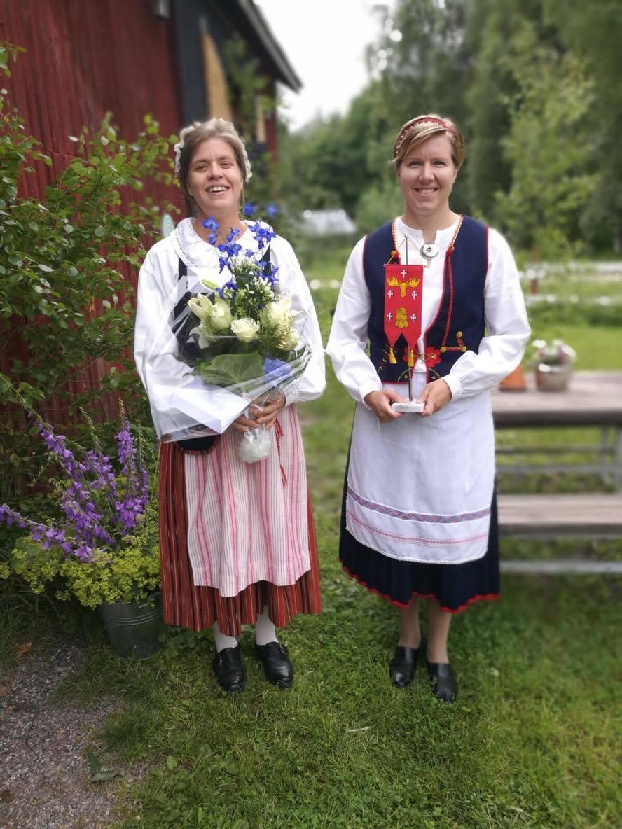 MTK Hämeenkosken puheenjohtaja Laura Hämäläinen ja sihteeri Saara Kukkonen vastaanottivat Hollolan kunnan onnittelut yhdistykselle.