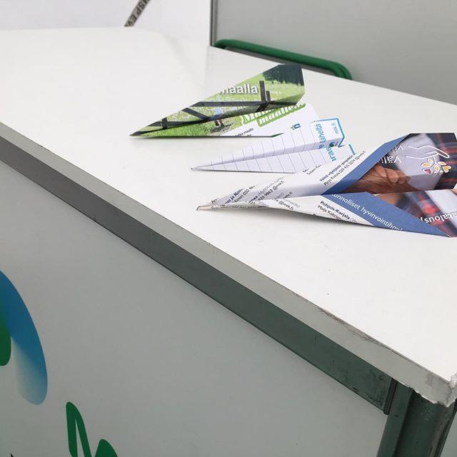 Okra-näyttelyn päätteeksi MTK:n osaston henkilökunta testasi eri esitemateriaalien lentotekniset ominaisuudet. Lentokentällä kun ollaan. Voittajaksi selviytyi Ruokaa omasta maasta -lehtiön sivu. #Matkamaalle -esite hyvänä kakkosena.