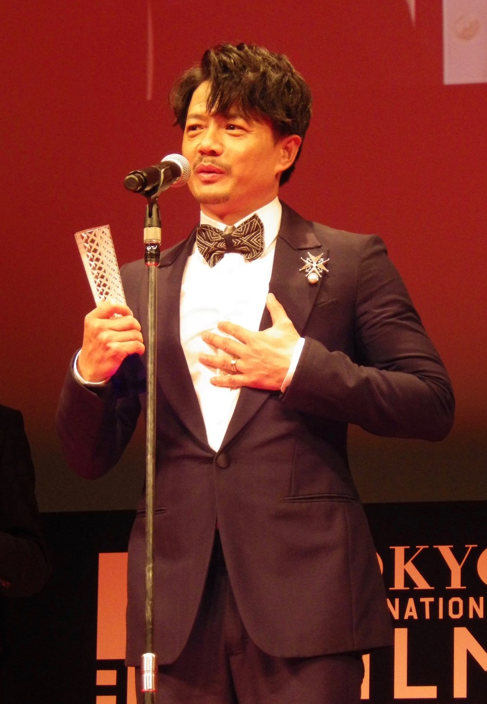 Duan Yihong accepting the Best Actor award at the closing ceremony for the 30th Tokyo International Film Festival.