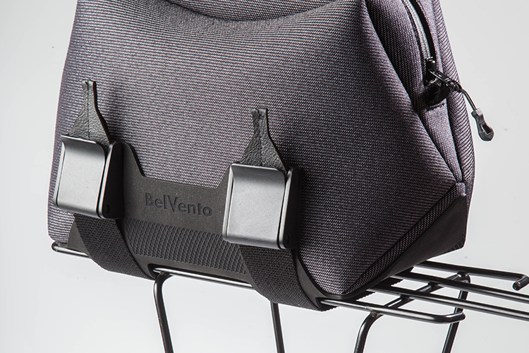 Anclaje a bici - Loop® es un sistema de acople con correas, que facilita el montaje y desmontaje del bolso de manera fácil, ágil y simple. Especialmente diseñado para ser colocado sobre el rack de la bicicleta