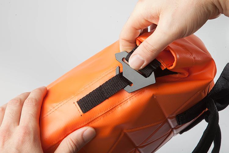 Avios - Hebillas especiales con forma antideslizante para evitar aperturas accidentales, de aluminio esmaltado.