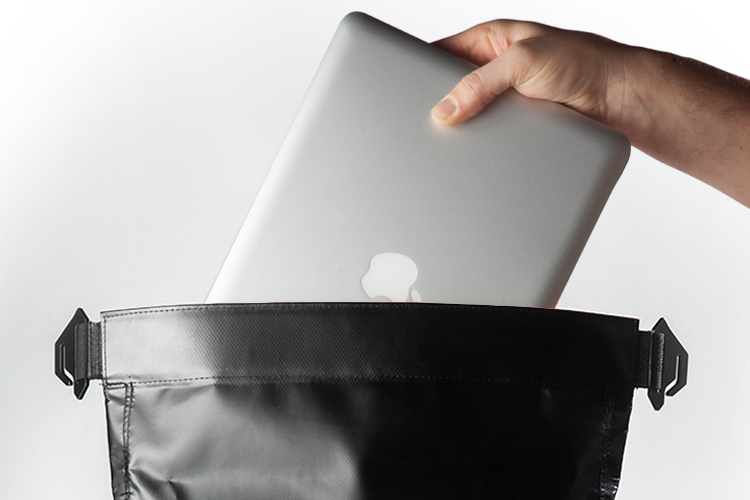 """Funciones - Bolsillo exterior de acceso rápido / Interior amplio, con separador para notebooks de hasta 15"""" / Compartimentos internos para llevar objetos pequeños como llaves, billetera y celular."""