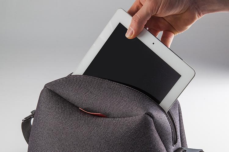 Funciones - Compartimento interior general con buena capacidad. En una única carga puede llevar cosas tales como una tablet, un libro, un abrigo, y otros objetos de uso diario.