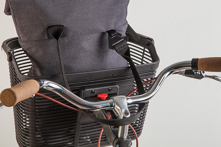 Anclaje a bici - Lazo®, es un sistema que permite asegurar el bolso sujetándolo al canasto o stem de la bicicleta.