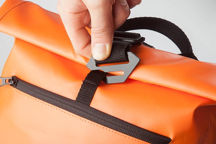 Cierre - Sistema Roll Top™ que facilita el cierre de la mochila, garantiza la seguridad de su contenido y permite expandir el volumen de carga. Hebillas especiales con forma antideslizante, para evitar aperturas accidentales.