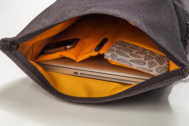 """Funciones - Bolsillo exterior de acceso rápido / Interior amplio, con separador para notebooks de hasta 13"""" / Compartimentos internos para llevar objetos pequeños como llaves, billetera y celular."""