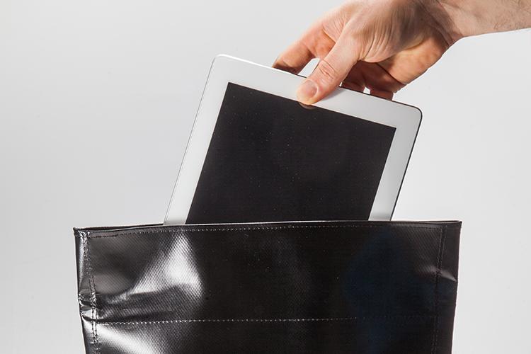Funciones - Alforja compacta, con capacidad de extensión hasta el doble de volumen / Ideal para llevar tablets, elementos de trabajo y hasta un abrigo liviano / Bolsillo exterior de acceso rápido para objetos pequeños como llaves, billetera y celular.