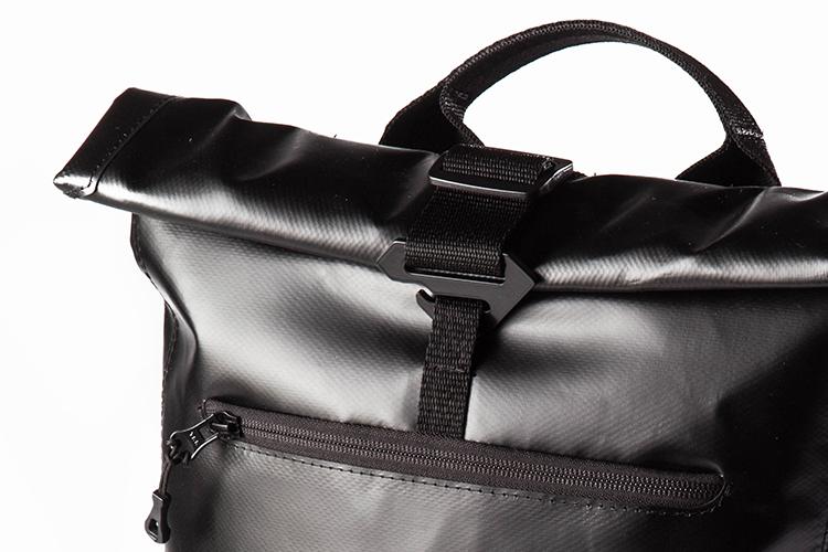 Cierre - Sistema Roll Top™ que facilita el cierre de la mochila, garantiza la seguridad de su contenido y permite expandir el volumen de carga.Hebillas especiales con forma antideslizante, para evitar aperturas accidentales.
