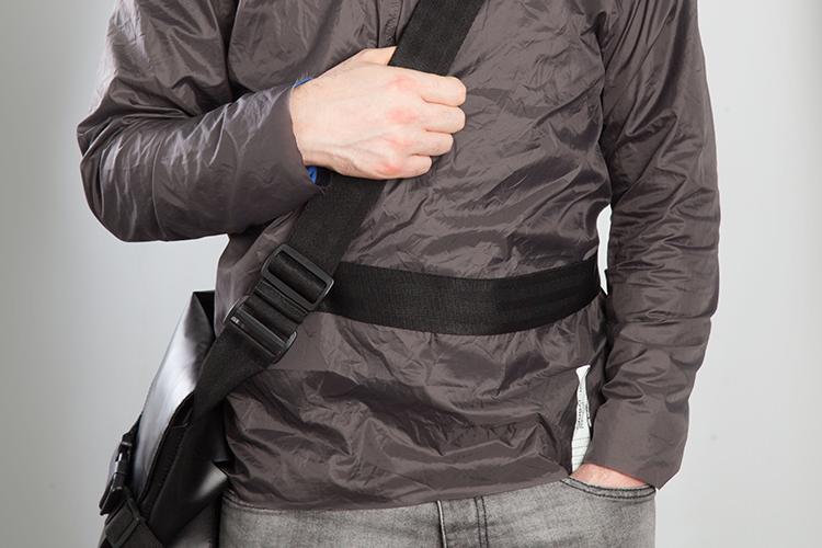 Sujeción - Sistema de correas especiales que permiten asegurar el bolso a tu hombro y cintura, ideal para su uso en movimiento.