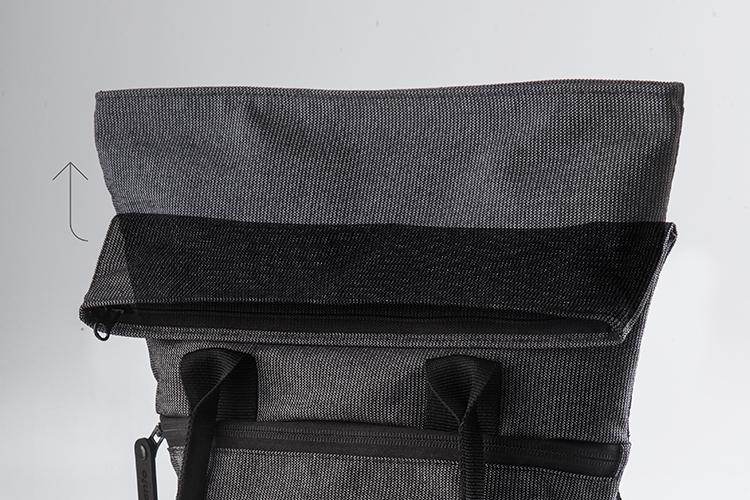 Cierre - Sistema Roll Top™que facilita el cierre del bolso, garantiza la seguridad de su contenido y permite expandir el volumen de carga.