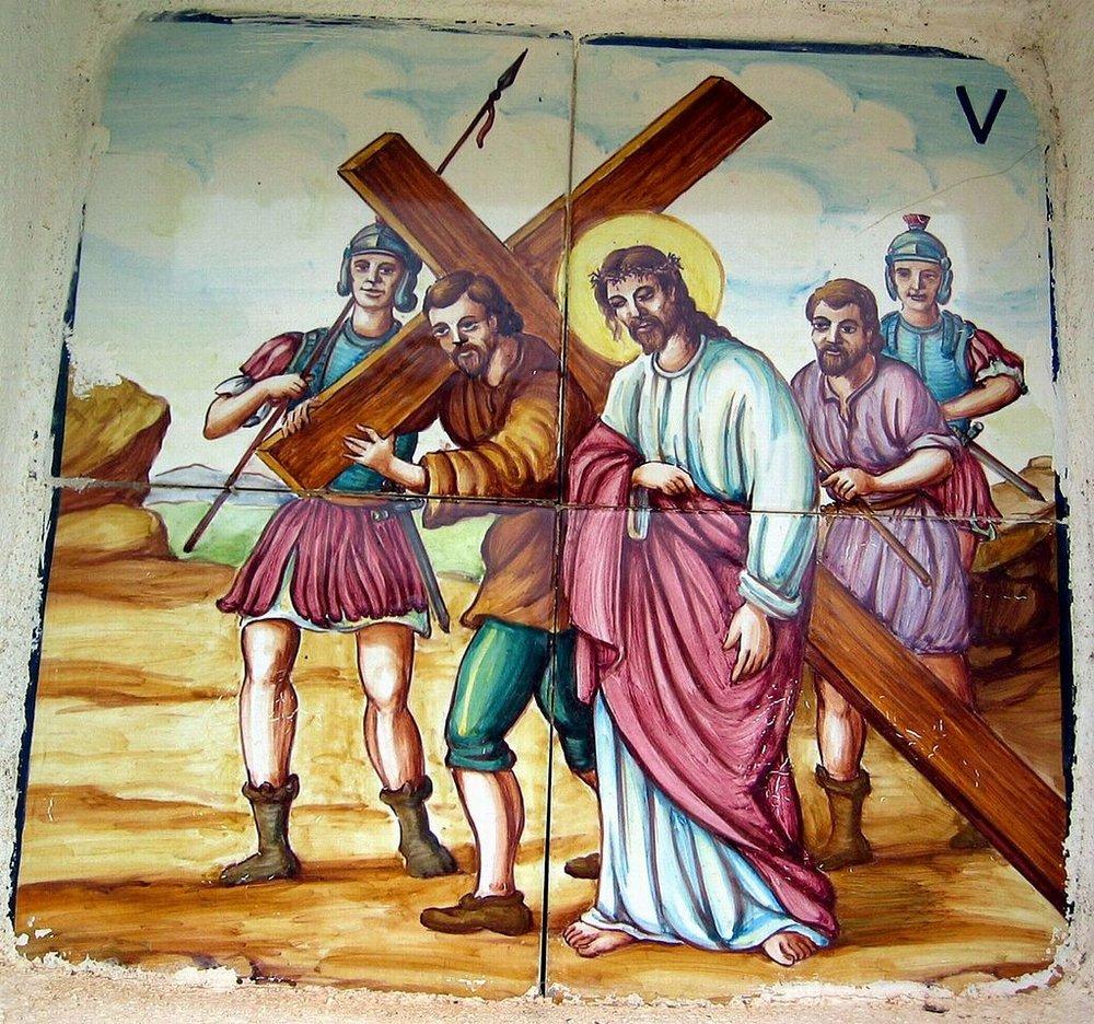 Estación V del Viacrucis de Puebla de San Miguel (Valencia): Jesús es ayudado por el Cireneo.