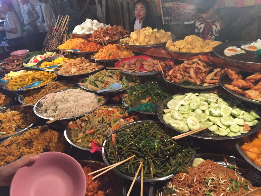 Vang Vieng: night market buffet