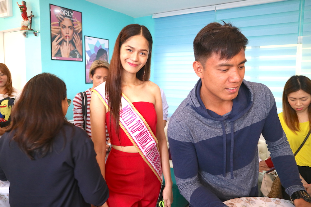 SPOTTED: Hannah Khayle Iglesia, Mutya Top Model of the World 2017, keeps her poise as guests participate in the welcomming coin toss.