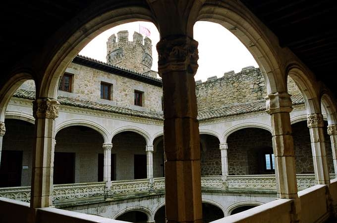 New Castle of Manzanares el Real - arcaded inner courtyard (Wikipedia)