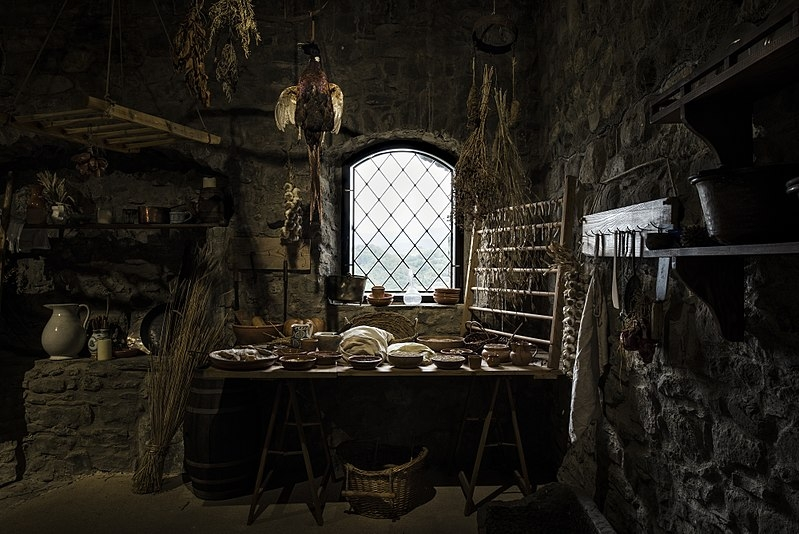 Restored medieval kitchen in Verrucole Castle, Tuscany (Simone Letari - Wikipedia)