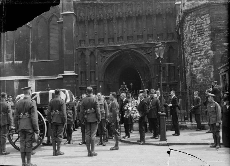 Outside Westminster Abbey [© IWM (Q 66252)]