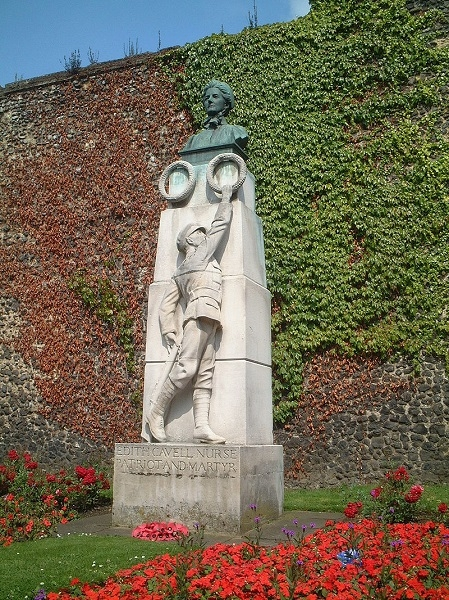 The Edith Cavell Monument in Norwich (Wikipedia - Paul Hayes)