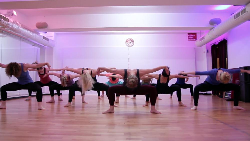 Eine Vinyasa Dance Klasse kombiniert meditative Elemente mit Yoga und Tanz