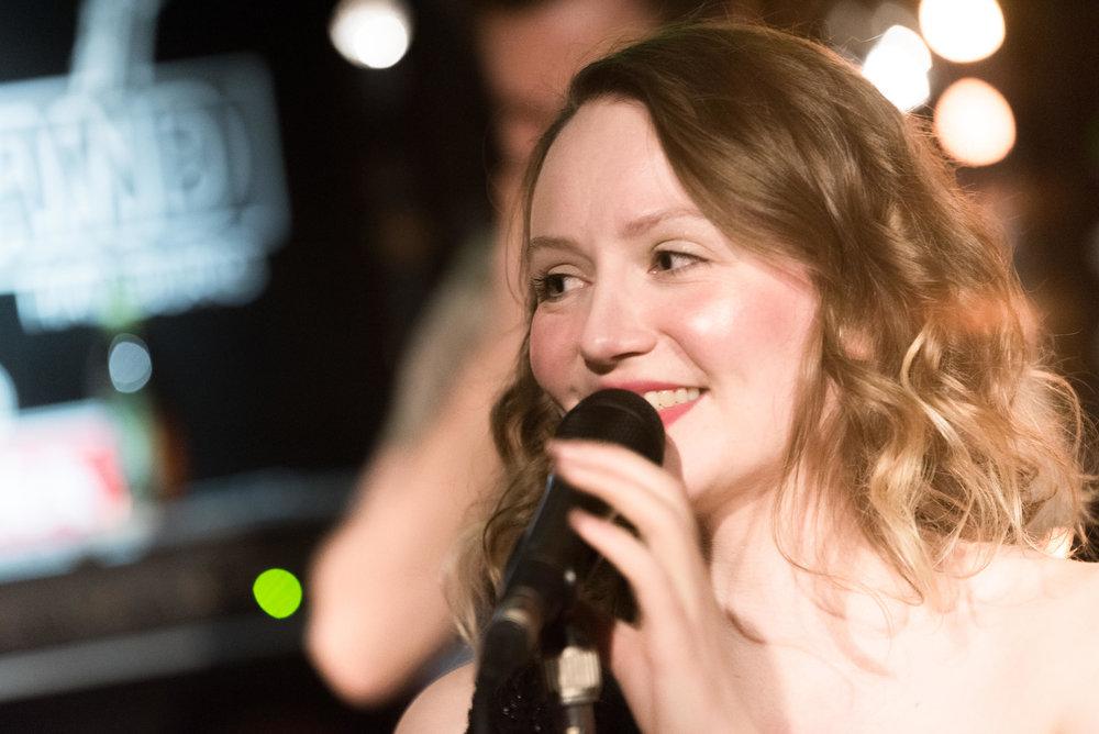 Sophie erzählt wie Meditation in ihrem Alltag als Sängerin hilft
