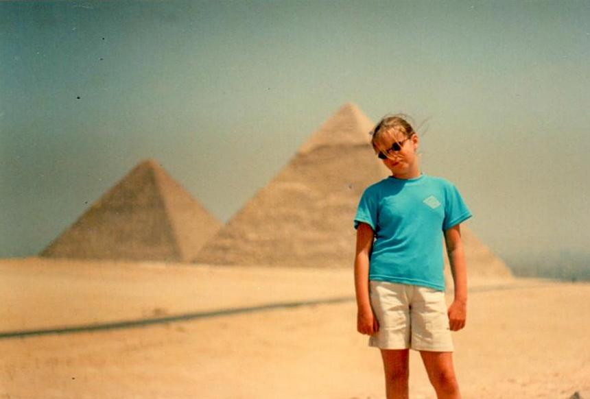 Hania, mając 8 lat, na tle piramid w Egipcie