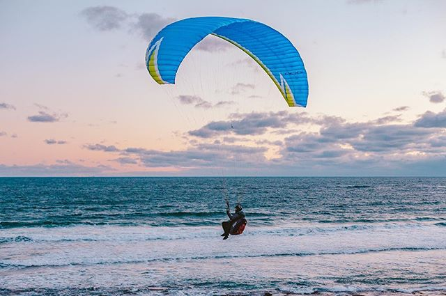 Sailing into weekend like! •• •• •• •• •• •• #HandZaround #HandZaroundAustralia • • • #australia#victoria#visitvictoria#explorevictoria#seeaustralia#geelong#bellarine#visitgeelong#visitgeelongbellarine#focusaustralia#australiagram#exploreaustralia#discoveraustralia#exploremore#letsgosomewhere#stayandwander#theoutbound#keepitwild#getoutside#optoutside#getoutstayout#travelstoke#goexplore#traveldeeper #paragliding #sunset #aguidetobarwonheads  #barwonheads