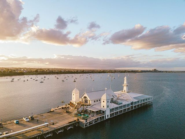 One of the many reasons we are loving Geelong is the gorgeous sunsets. Even though the weather is suppose to be a bit average the next few days, we know that it is only gonna get better as summer starts to roll in! Bring on the longer evenings and shorter nights! •• •• •• #HandZaround #HandZaroundAustralia • • • #australia#victoria#visitvictoria#explorevictoria#seeaustralia#geelong#bellarine#visitgeelong#visitgeelongbellarine#focusaustralia#australiagram#exploreaustralia#discoveraustralia#exploremore#letsgosomewhere#stayandwander#theoutbound#keepitwild#getoutside#optoutside#getoutstayout#travelstoke#goexplore#traveldeeper #coriobay #geelongbellarine #cunninghampier #thepiergeelong