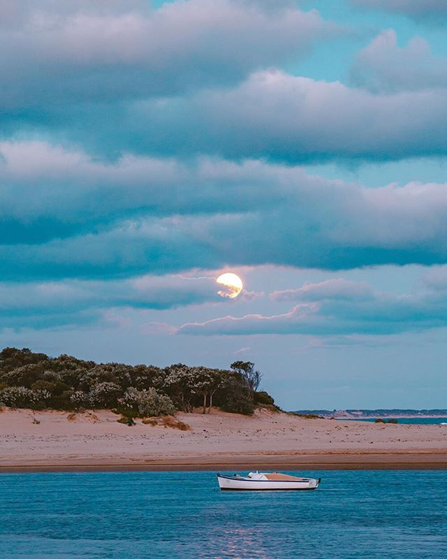 There's something pretty special about a full moon rise! It seems to have a calming effect on everything nearby. •• •• •• •• #HandZaround #HandZaroundAustralia • • • #australia#victoria#visitvictoria#explorevictoria#seeaustralia#geelong#bellarine#visitgeelong#visitgeelongbellarine#focusaustralia#australiagram#exploreaustralia#discoveraustralia#exploremore#letsgosomewhere#stayandwander#theoutbound#keepitwild#getoutside#optoutside#getoutstayout#travelstoke#goexplore#traveldeeper #fullmoon #peaceful #barwonheads #barwonriver