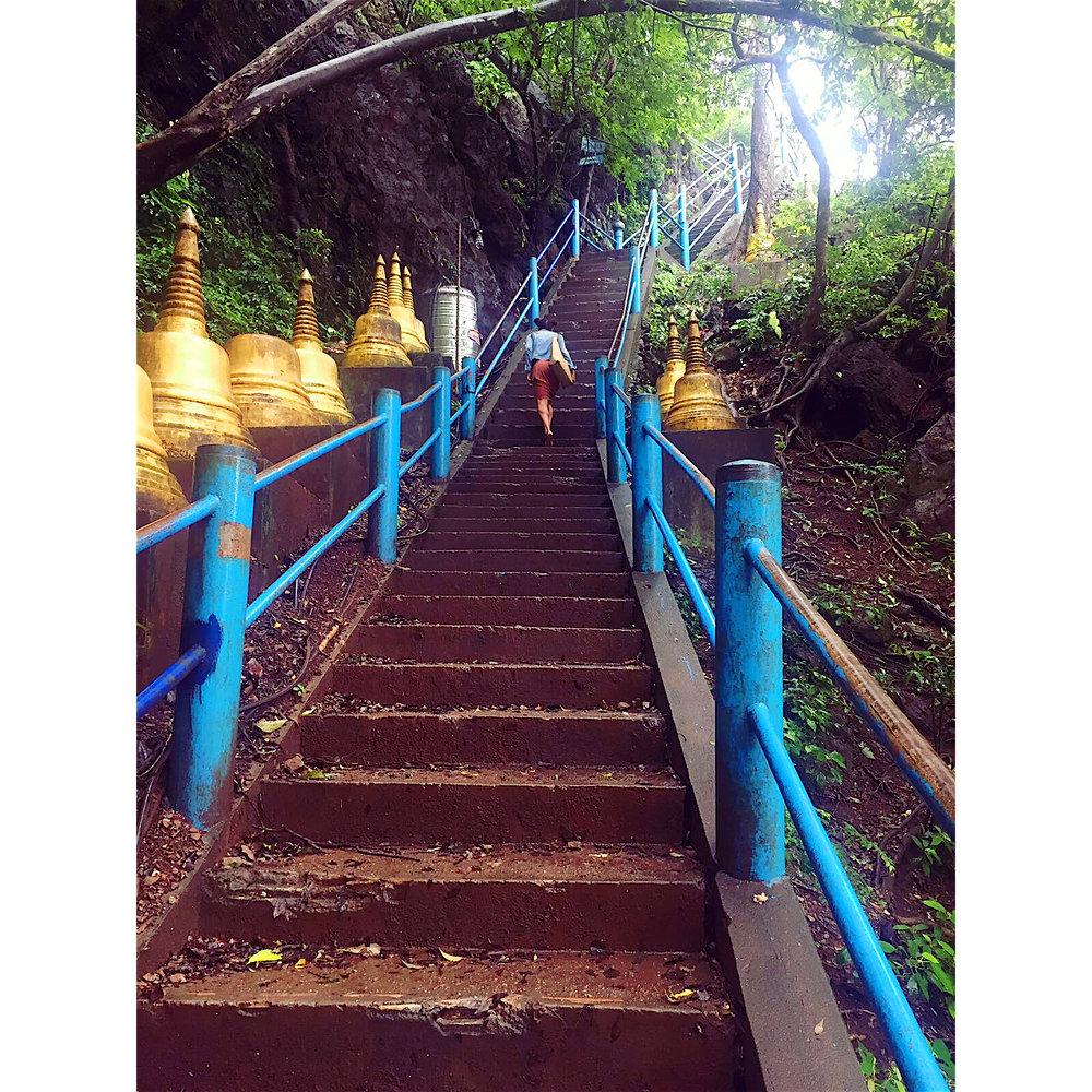 По стълбите