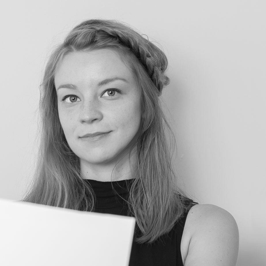 Simone Peek    is hoofdredacteur van Hard//hoofd, het online tijdschrift voor literatuur, actualiteit en geesteswetenschappen. Simone studeerde geschiedenis en Russisch aan de Universiteit van Amsterdam en de Staatsuniversiteit van Kazan, en werkte als journalist bij de Moscow Times en The Interpreteer (New York). Ze schrijft, interviewt en presenteert. En als hoofdredacteur ondersteunt ze schrijvers bij het vinden van hun eigen stem.