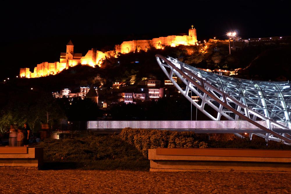 Tbilisi, Geórgia. Noite, Ponte da Paz
