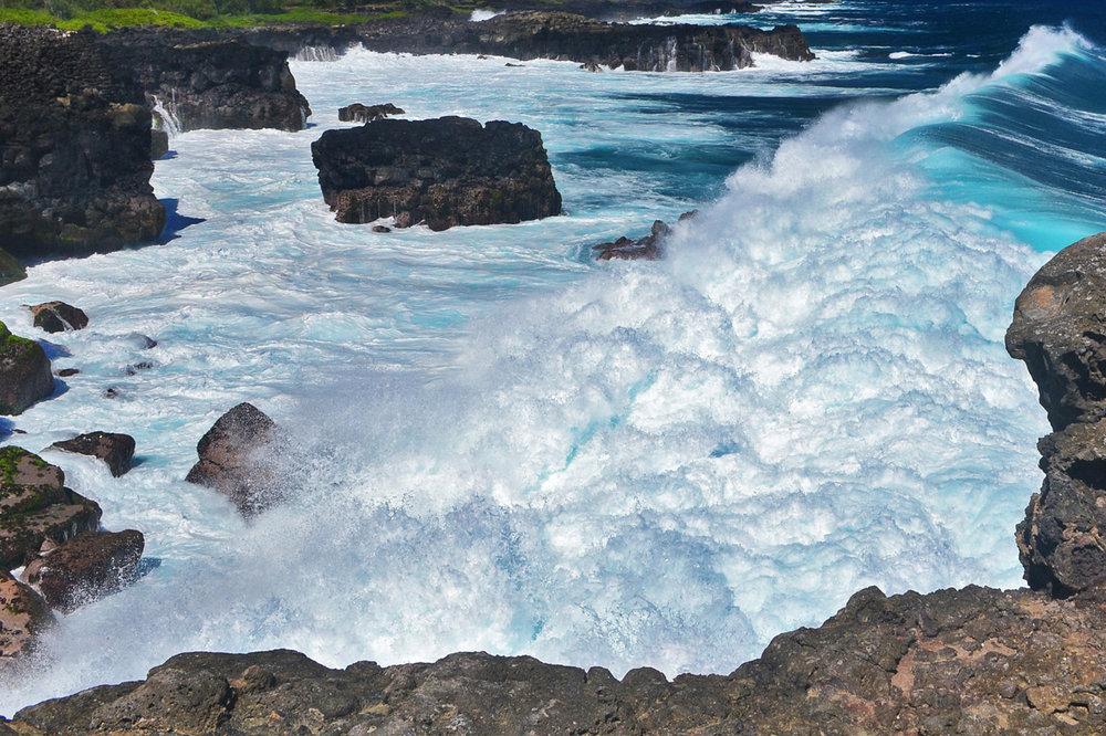 Waves crash on the rock, Pont Naturel