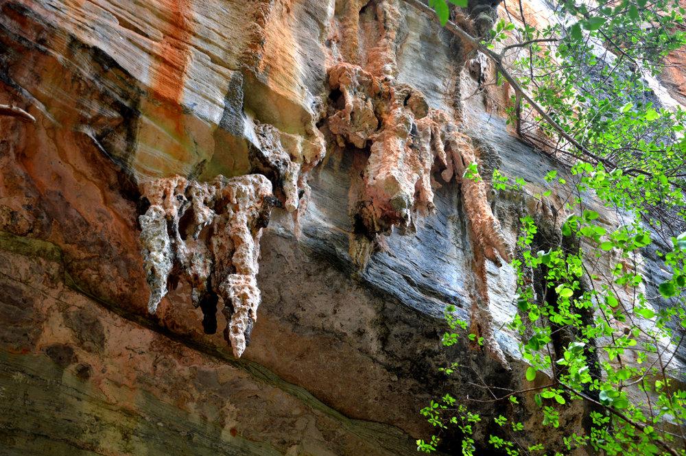Formações rochosas em frente à Gruta da Torrinha