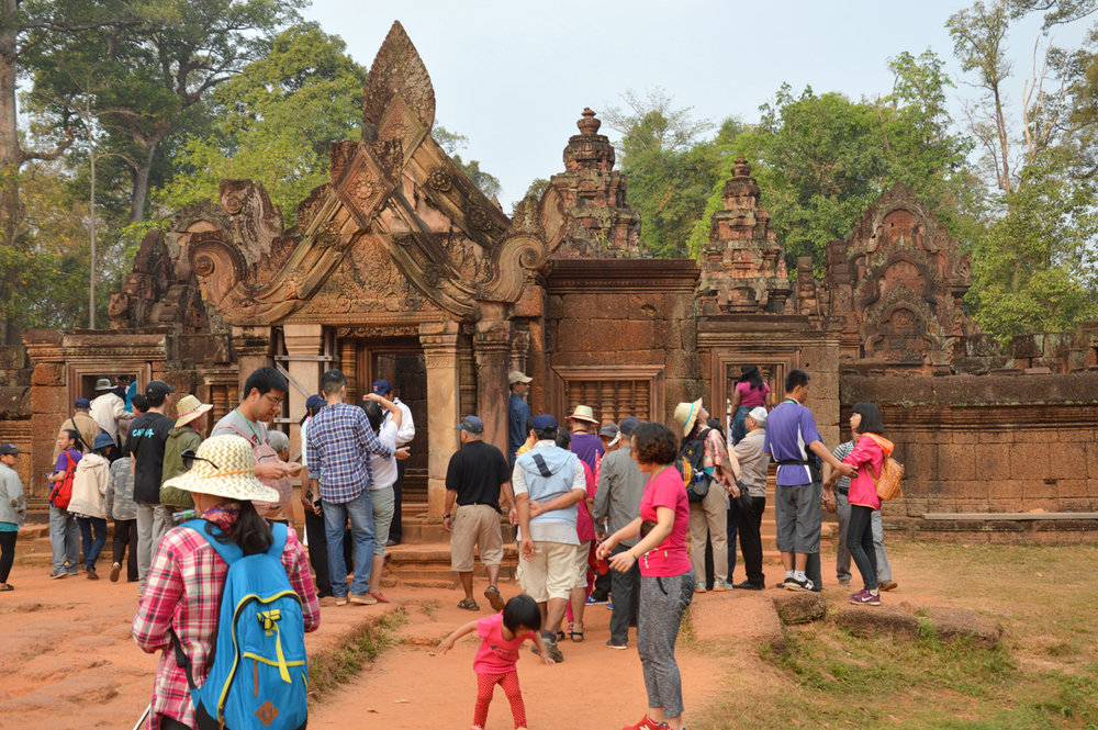Banteay Srei - the crowds of tourists