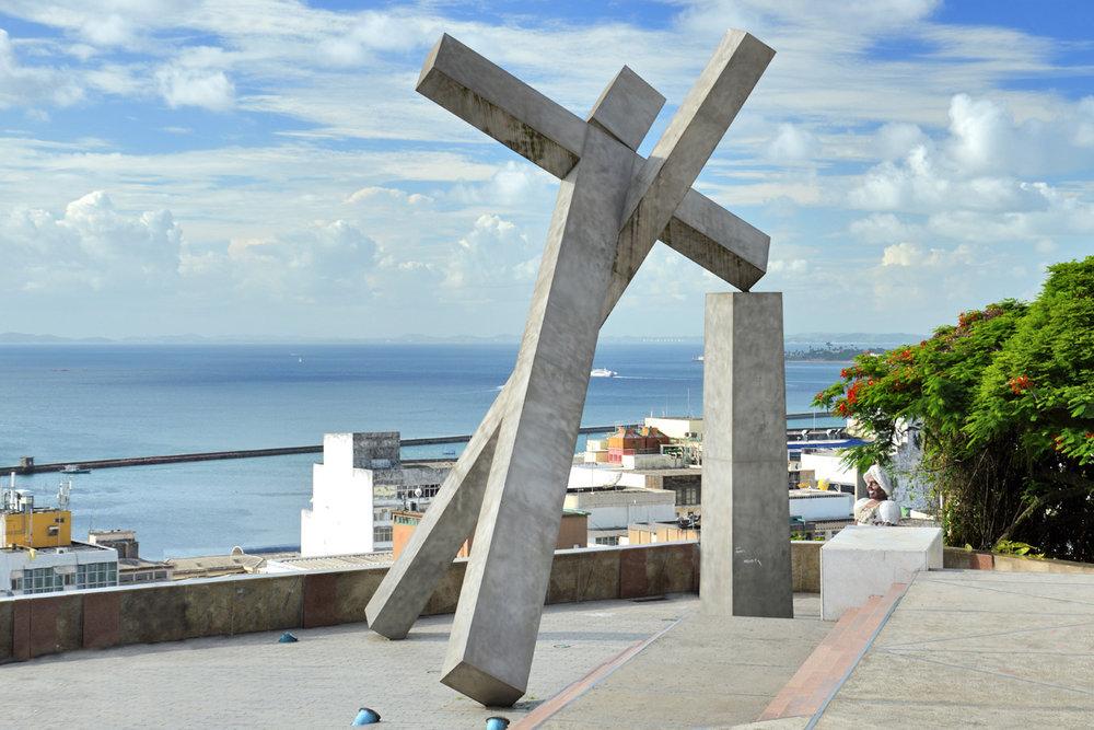 Monumento cruzado caído