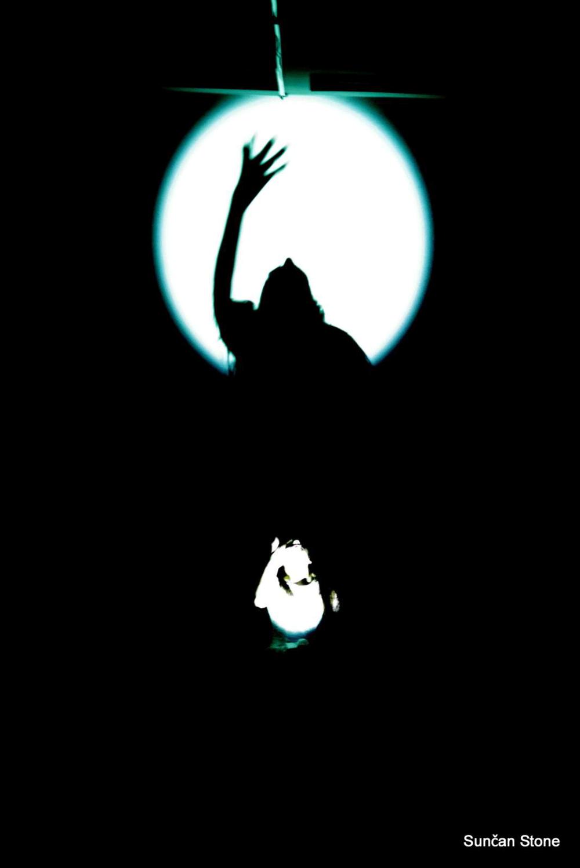 perf_nightlife_moderna_S_Anja-throwing-rice-in-dark_large_2015.png