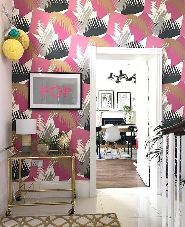 Another shot of Lisa Dawson's house, this time showing the bold wallpaper in her hallway. Her style shows you don't have to be afraid of big patterns. To create a well thought out look she has picked out the gold and pink in her furniture and accessories. Keep it simple with accessories and voila an eye catching feature wall with lots of personality. For more inspiration check out her blog  here