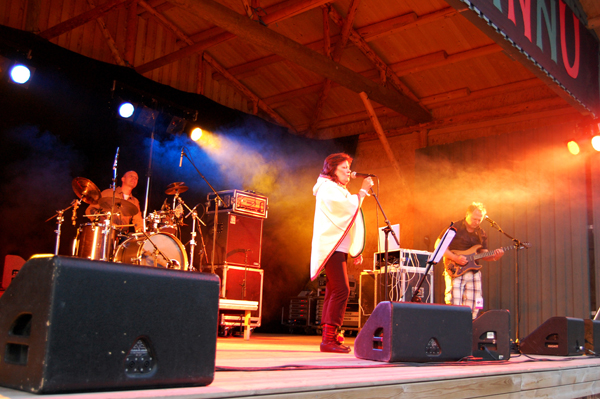 """""""Med multiinstrumentalist Asbjørn Berson og perkusjonist Martin Smidt skaper Juuso musikk som det svinger og syder av."""" (…) """"Årets mest nyskapende plate""""   Adresseavisen (fra anmeldelse av Báruts album """"Bálggies"""" 2011)"""