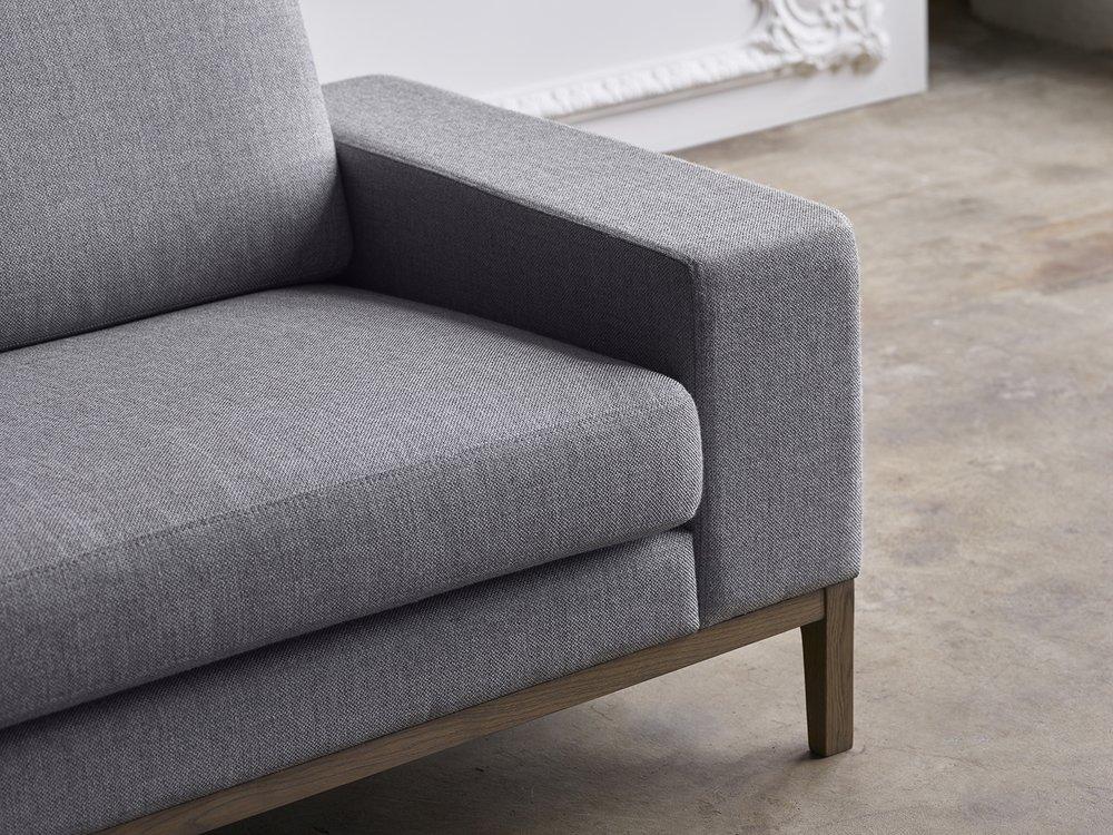 H116 3-seter light grey tekstil og tredetaljer i gråoljet eik.