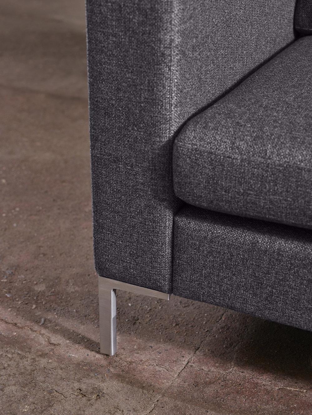 H117 3-seter i Charm denim tekstil og ben i børstet stål.