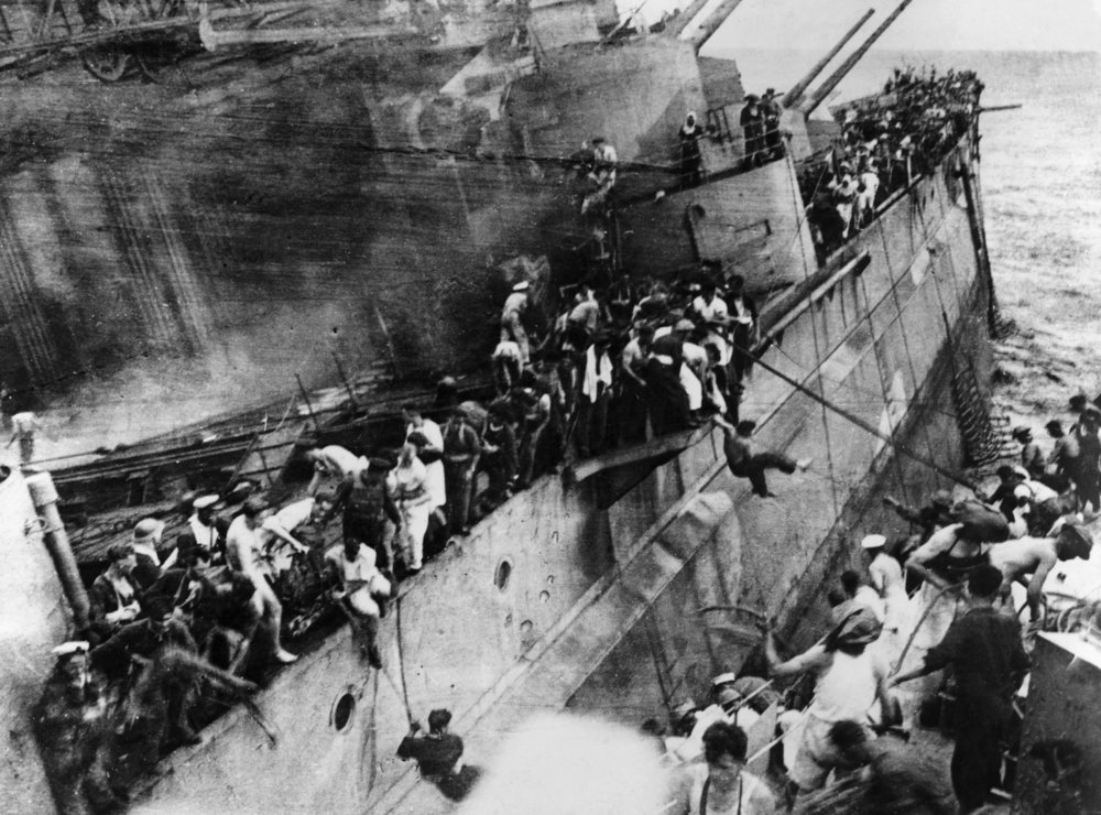 S Context crew of Prince of Wales abandoning ship 10 Dec 1941 - HU 2675
