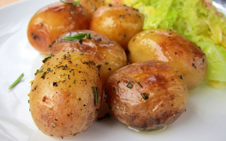 ©hippressurecooking.com, Laura Pazzaglia Don't forget to pierce the potatoes before closing the pressure cooker – this will ensure the skin remains whole and won't split on the sides.
