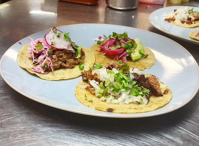 Y siguen saliendo los tacos junto a @tacoslaneta! Carnita, Short Rib y Pato
