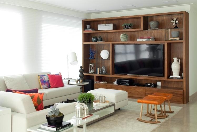 a-estante-em-freijo-foi-desenhada-com-nichos-para-receber-a-tv-e-objetos-decorativos-as-divisorias-de-vidro-trazem-leveza-ao-movel-que-tambem-armazena-dvds-e-resguarda-os-equipamentos-1441141662422_749x500.jpg