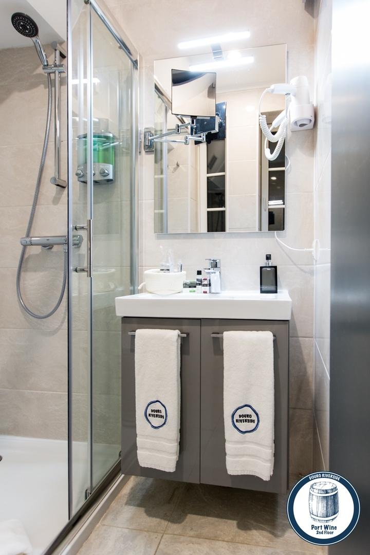 10. Douro Riverside - Port Wine (Bathroom).jpg